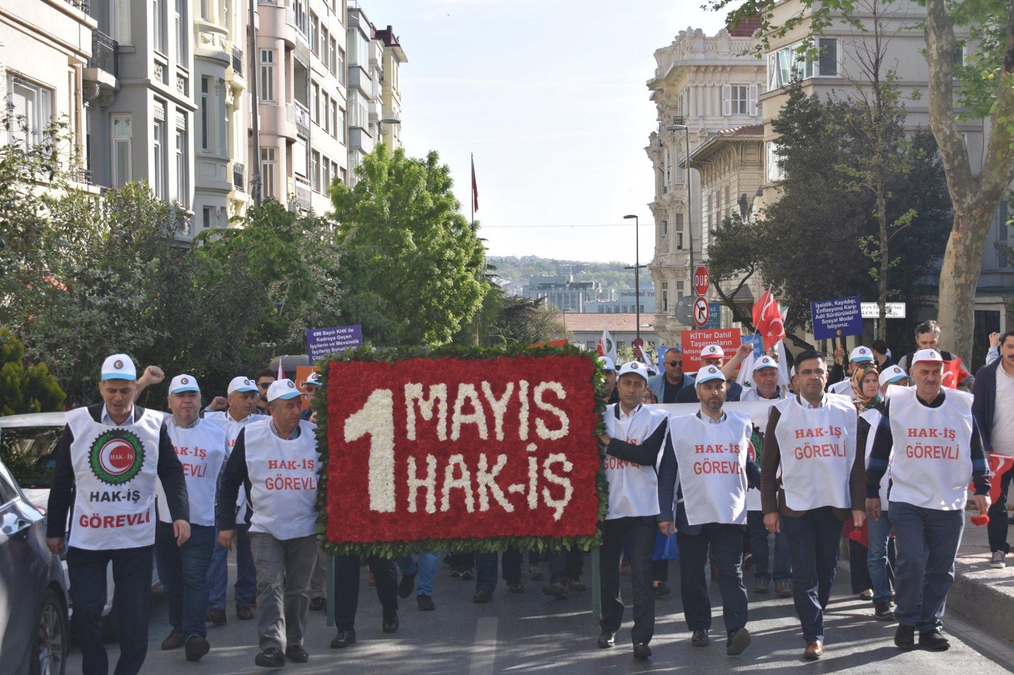 HAK-İŞ 1 MAYIS'TA TAKSİM ANITINA ÇELENK BIRAKTI