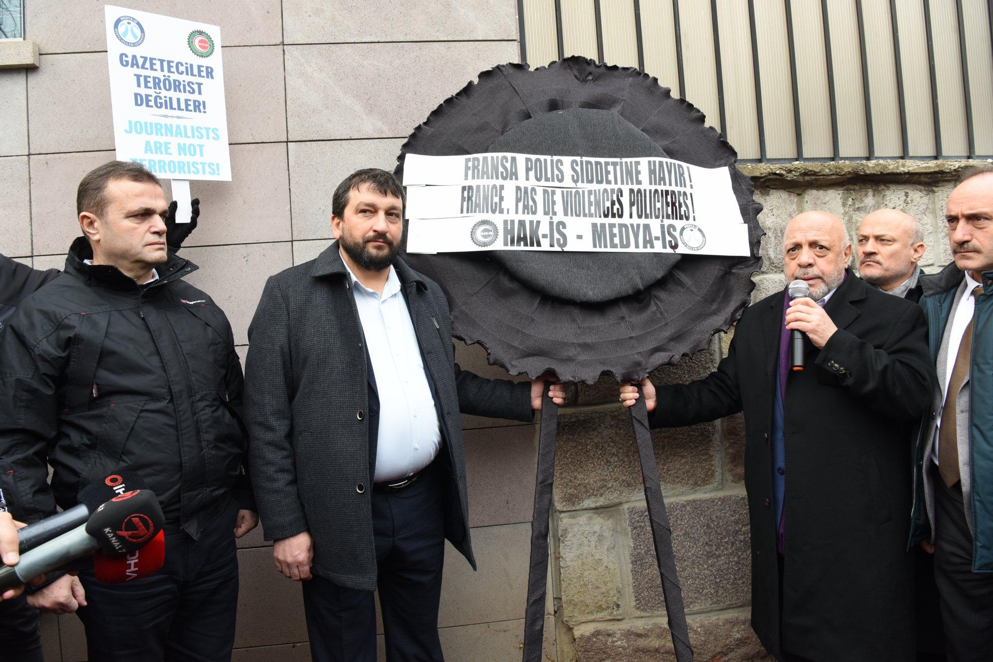 HAK-İŞ'TEN GAZETECİ MUSTAFA YALÇIN İÇİN FRANSAYA PROTESTO EYLEMİ